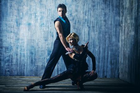 bailes latinos: Dos hermosas bailarinas realizan el tango. Bailes latinoamericanos.