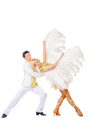 ballet hombres: Hermosa pareja de bailarines que bailan en estudio en blanco exuberantes trajes con alas. Espectáculo de ballet. Aislado en blanco.