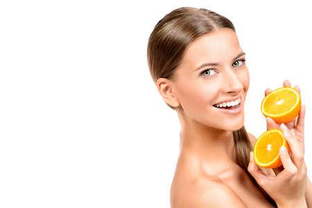 witaminy: Pretty radosny młoda kobieta trzyma świeże soczyste pomarańcze. Zdrowy tryb życia. Zdrowe odżywianie. Owoce i warzywa. Pojedynczo na białym.