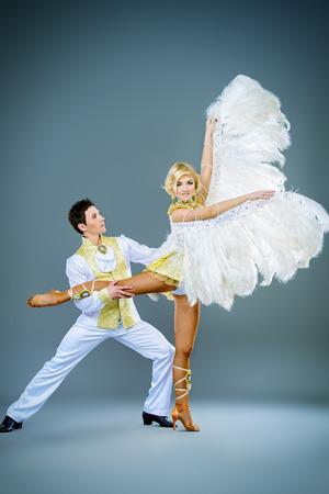 gogo girl: Sch�ne Paare der T�nzer tanzen im Studio in wei� �ppigen Kost�men mit Fl�geln. Show-Ballett. Lizenzfreie Bilder