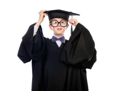 GRADUADO: Retrato de un muchacho estudiante inteligente en traje de graduación. Concepto educativo. Aislado en blanco.