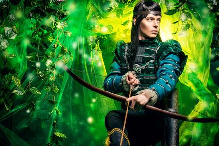 guerrero: Retrato de un elfo varón con un arco y flechas en un bosque mágico.