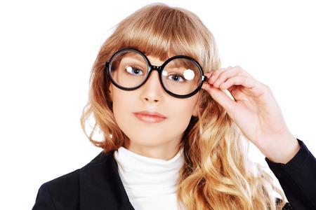 Beleza: Retrato do Close-up de uma menina adolescente bonita em vidros redondos grandes. Optics. Beleza, moda. Educação. Isolado sobre o branco.