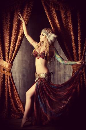 bailarina: Hermosa bailarina tradicional. Danza etnia. La danza del vientre. Baile tribal.