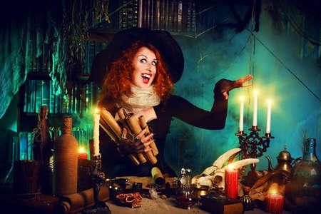 sombrero de mago: Bruja atractiva en la guarida de los magos. Cuentos De Hadas. Halloween.