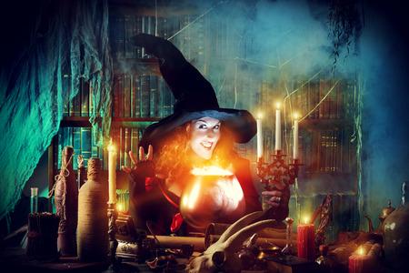 bruja sexy: Bruja atractiva en la guarida de los magos. Cuentos De Hadas. Halloween.