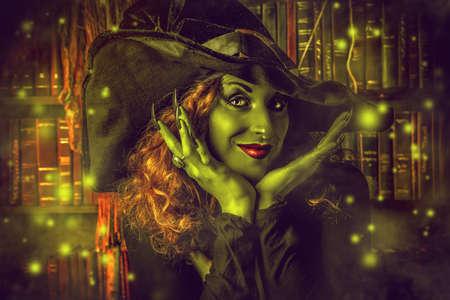 brujas sexis: Hada bruja malvada en la guarida de los magos. Magia. Halloween. Foto de archivo
