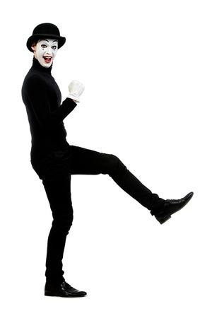 mimo: Retrato de cuerpo entero de un mimo masculino que se realiza diferentes emociones. Aislado en blanco.