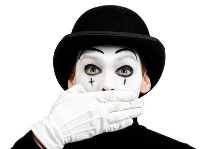 silencio: Close-up retrato de un mimo que muestra masculino secreto, silencio. Aislado en blanco.