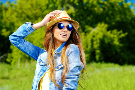 ropa de verano: Hermosa muchacha sonriente con ropa casual de verano disfruta de día soleado. Belleza, moda disparo.