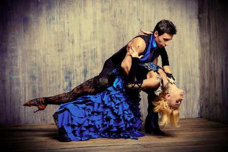 taniec: Dwie piękne tancerki wykonują tango, taniec Ameryki Łacińskiej
