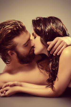 personas besandose: Los jóvenes amantes se besan hermosas