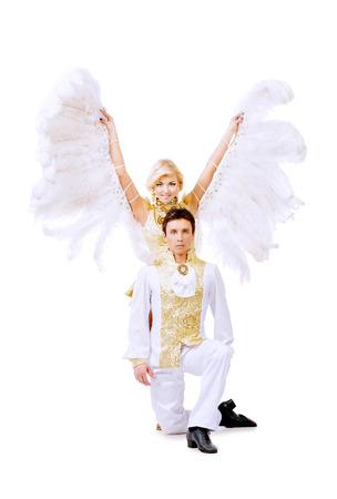 gogo girl: Sch�ne Paare der T�nzer tanzen im Studio in wei� �ppigen Kost�men mit Fl�geln