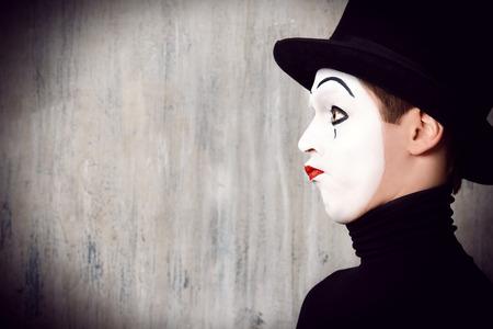 mimo: Retrato de perfil de un mimo masculino que se realiza diferentes emociones