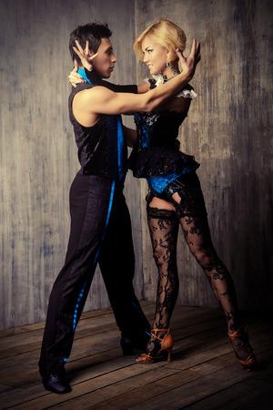 baile latino: Dos hermosas bailarinas realizan el tango, la danza latinoamericana Foto de archivo