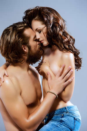 haciendo el amor: Los jóvenes amantes se besan hermosas
