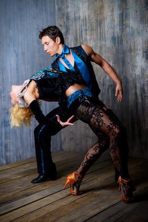 bailarin hombre: Dos hermosas bailarinas realizan el tango, la danza latinoamericana Foto de archivo