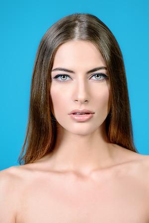 hombros: Retrato de una hermosa mujer tierna joven con la piel limpia y fresca