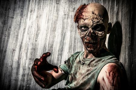 loup garou: Close-up portrait d'un homme de zombie effrayant horrible. Horreur. Halloween.