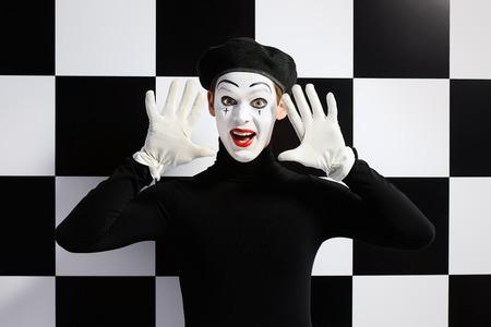 mimo: Mimo profesional la realizaci�n de diferentes emociones. Fondo tablero de ajedrez. Foto de archivo
