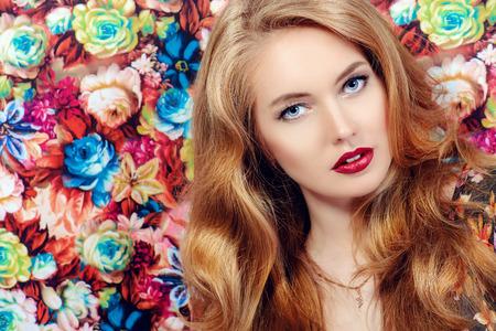 labios sensuales: Close-up retrato de una mujer joven hermosa con el pelo magnífico rubio y labios sensuales. Retrato de la belleza, maquillaje, cosméticos. Foto de archivo