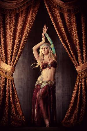tänzerin: Schöne traditioneller weiblicher Tänzer. Ethnischer Tanz. Bauchtanz. Tribal Tanz.