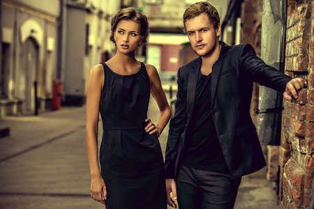 traje: Foto de estilo de moda de una pareja hermosa sobre fondo de la ciudad.