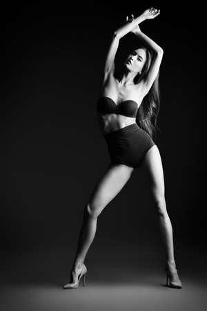 panties: Retrato en blanco y negro de una mujer atractiva delgada en lencería sexy negro. Moda foto de estudio. Foto de archivo