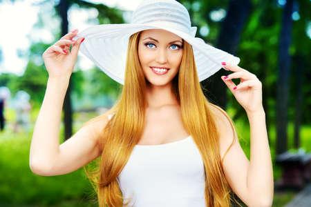 kapelusze: Szczęśliwy elegancka młoda kobieta z pięknym uśmiechem na zewnątrz. Uroda, moda. Letnie wakacje.