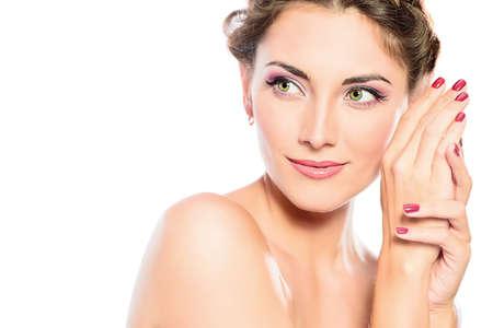 Mooi vrouwelijk gezicht met zuivere huid en natuurlijke make-up. Spa meisje. Huidverzorging, gezondheidszorg. Geïsoleerd over witte achtergrond. Exemplaar ruimte. Stockfoto