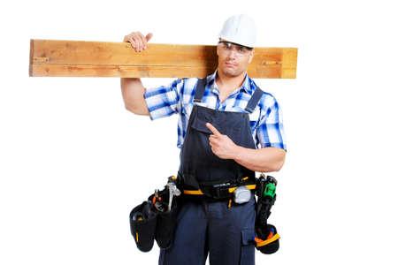 menuisier: Homme travailleur de la construction dans les vêtements de travail, casque et des outils. Isolé sur blanc.
