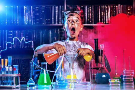 loco: Un ni�o haciendo experimentos en el laboratorio. Explosi�n en el laboratorio. Ciencia y educaci�n.