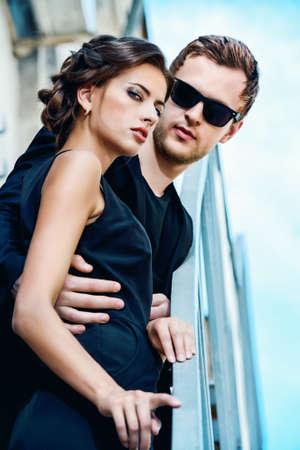 moda ropa: Foto de estilo de moda de una pareja hermosa sobre fondo de la ciudad.