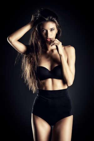 cintura perfecta: Hermosa mujer atractiva delgada en lencería sexy negro. Moda foto de estudio.