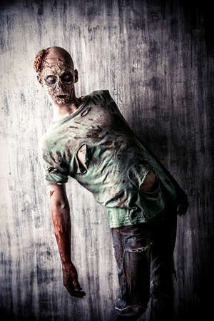 satan: Scary hombre zombie sangrienta en la vieja casa. Horror. Halloween.