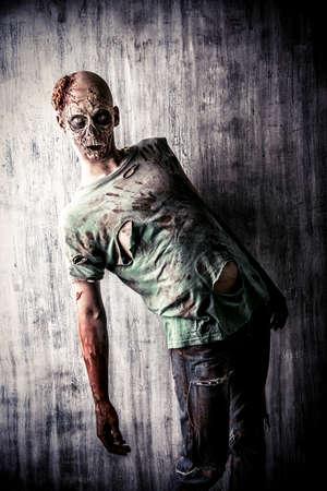 wilkołak: Straszny Krwawa zombie człowiek w starym domu. Horror. Halloween.