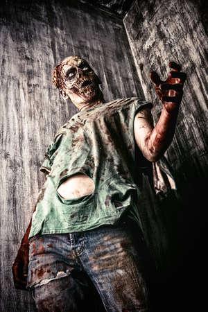 Scary hombre zombie sangrienta en la vieja casa. Horror. Halloween.
