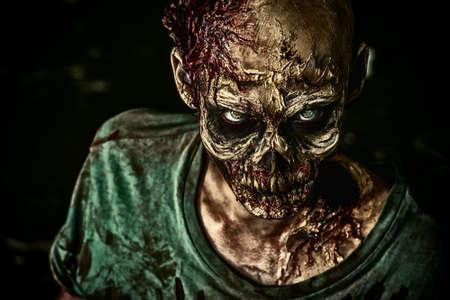 Close-up retrato de un hombre zombie miedo horrible. Horror. Halloween.