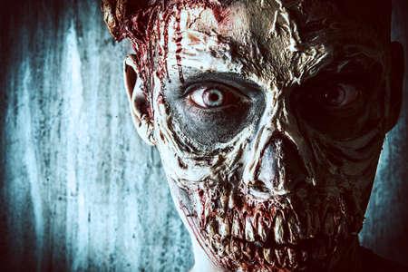 Close-up-Porträt einer schrecklich beängstigend Zombie-Mann. Horror. Halloween. Standard-Bild