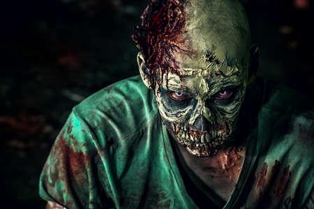 Close-up portrét hrozné děsivé zombie člověka. Horor. Halloween. Reklamní fotografie