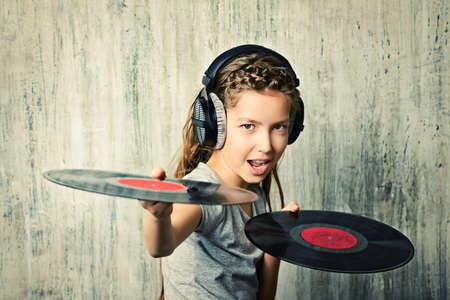 auriculares dj: Linda chica adolescente feliz disfruta de la música en los auriculares. Generación. Estudio de disparo. Foto de archivo