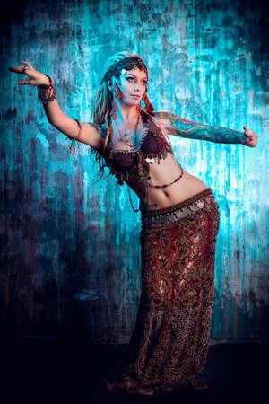 vientre femenino: Retrato de arte de una hermosa bailarina tradicional. Foto de archivo