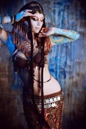 vientre femenino: Arte retrato de una hermosa bailarina tradicional. Danza etnia. La danza del vientre. Baile tribal.