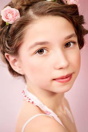 trenzas en el cabello: Retrato de una muchacha hermosa con el pelo trenzado que llevaba vestido de verano de verano. Manera de los ni�os.