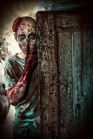 wilkołak: Straszne straszne zombie człowiek na ruinach starego domu. Horror. Halloween. Zdjęcie Seryjne