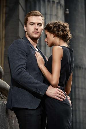 pareja apasionada: Hermosa pareja apasionada sobre fondo de ciudad. Foto del estilo de la moda.