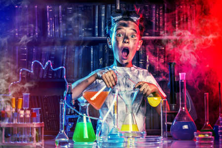 gente loca: Un ni�o haciendo experimentos en el laboratorio. Explosi�n en el laboratorio. Ciencia y educaci�n.