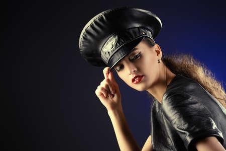 gorra policía: Sexual atractiva mujer joven en traje de cuero apropiado y una gorra de oficial de policía Foto de archivo