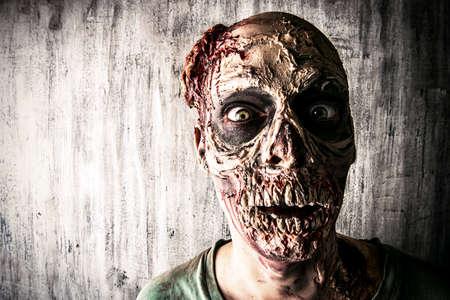 Close-up retrato de un hombre zombie miedo horrible Foto de archivo