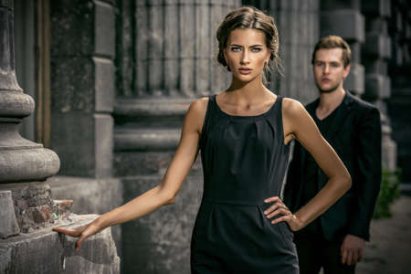 mode: Klädstil foto av en vacker par över stadsbakgrund.